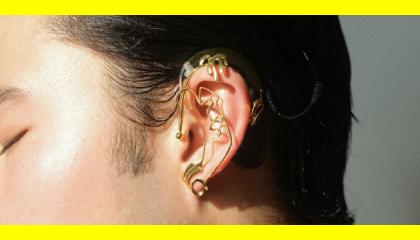 Une nouvelle collaboration de bijoux rend hommage aux communautés sourde et malentendante